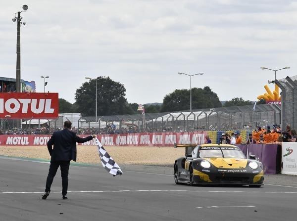 Beim Debüt in Le Mans die Zielankunft: Project 1 mit dem Porsche 911 RSR